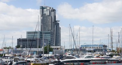 Gdynia - marina i wieżowiec Sea Towers. Fot. faferek / Shutterstock.com