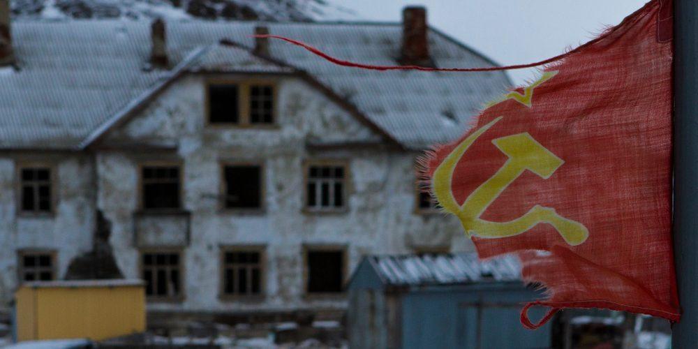 Poszarpana flaga Związku Sowieckiego. Fot. a Sphototop / Shutterstock.com