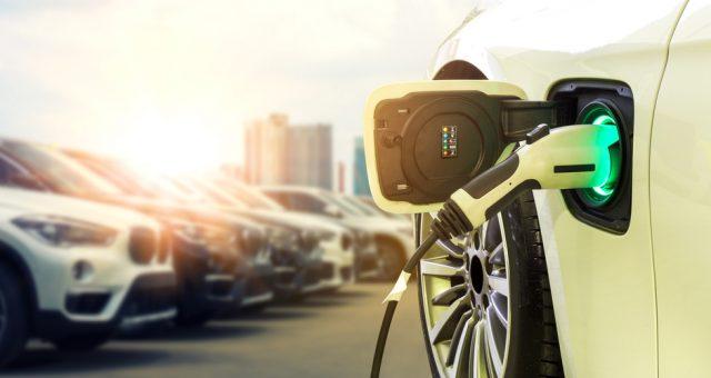 Ładowanie samochodu elektrycznego. Fot. Smile Fight / Shutterstock.com