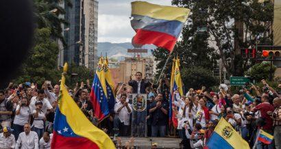 Juan Guaido przemawia do tłumu podczas protestów w styczniu 2019 w Caracas. Fot. Ruben Alfonzo / Shutterstock.com