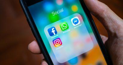 Media społecznościowe Facebook, Whatsapp i Instagram na telefonie. Fot. Wachiwit / Shutterstock.com