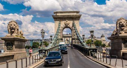 Samochody na moście w Budapszecie, Węgry. Fot. S-F / Shutterstock.com