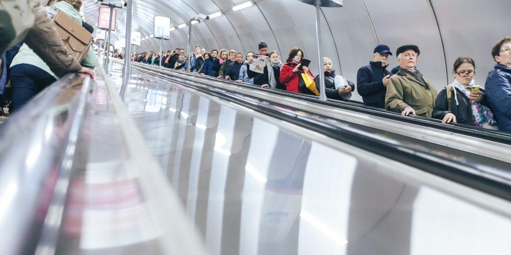 Schody ruchome w Sankt Petersburgu. Fot. iLLucy / Shutterstock.com