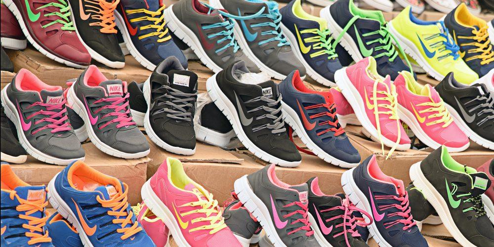 Buty sportowe na straganie w Turcji. Fot. Ian Law / Shutterstock.com