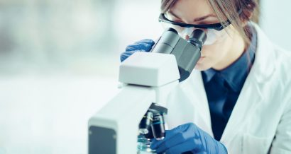 Naukowiec w laboratorium, fot. Shutterstock