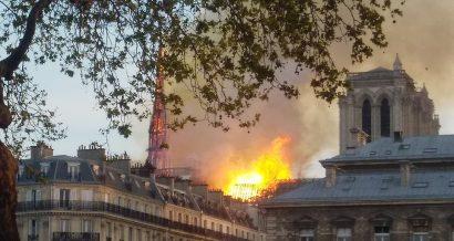Płonąca katedra Notre Dame w Paryżu. Fot. Remi Mathis - Own work, CC BY-SA 4.0, via Wikimedia Commons.