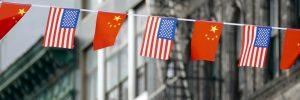 Flagi Chin i USA w Chinatown w Nowym Jorku. Fot. Shutterstock