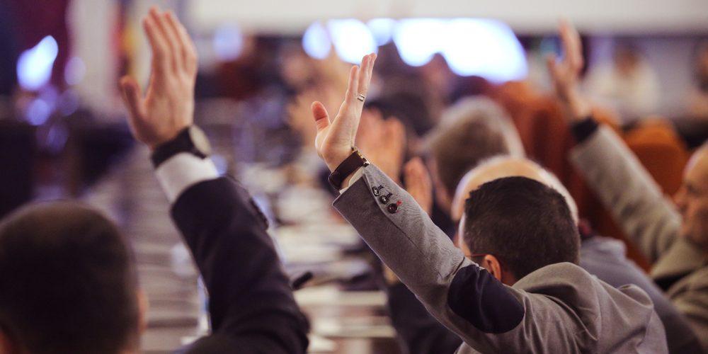 Głosowanie w parlamencie, Fot. Shutterstock.com