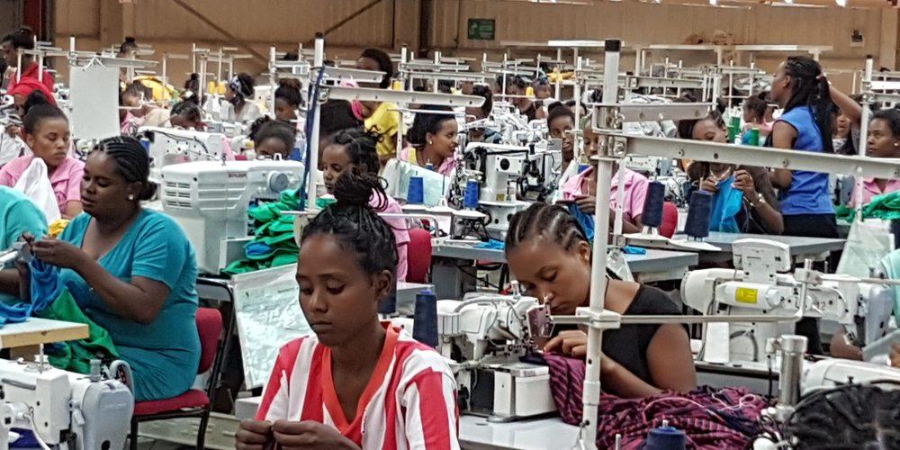 Kobiety pracujące w fabryce odzieży w stolicy Etiopii Addis Abebie. Fot. Pinar Alver / Shutterstock.com
