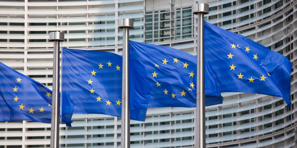 Flagi przed siedzibą Komisji Europejskiej, Fot. Shutterstock.com