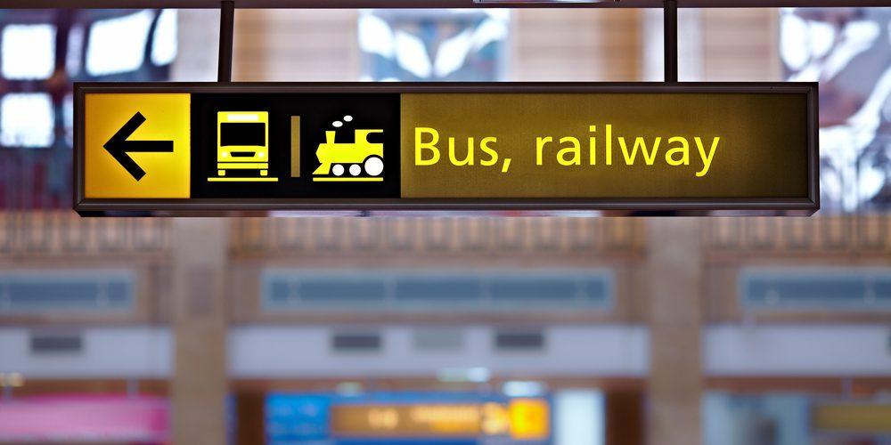 Piktogram autobus i pociąg, Fot. Shutterstock.com