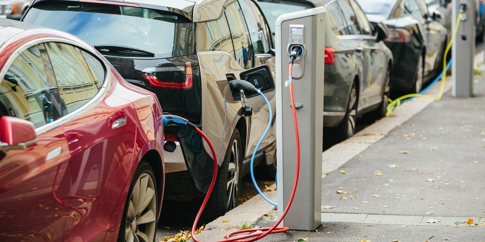 Ładowanie samochodów elektrycznych, Fot. Shutterstock.com
