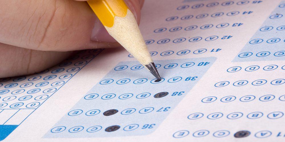 Zaznaczanie odpowiedzi na teście, Fot. Shutterstock.com