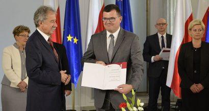 Poseł Piotr Uściński podczas uroczystości wręczenia zaświadczeń o wyborze nowo wybranym posłom w Sali Kolumnowej Sejmu / Adrian Grycuk/CC BY-SA 3.0-pl/Wikimedia Commons.