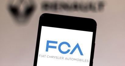 Logo Fiat Chrysler Automobiles na tle loga Renault. Fot. rafapress / Shutterstock.com