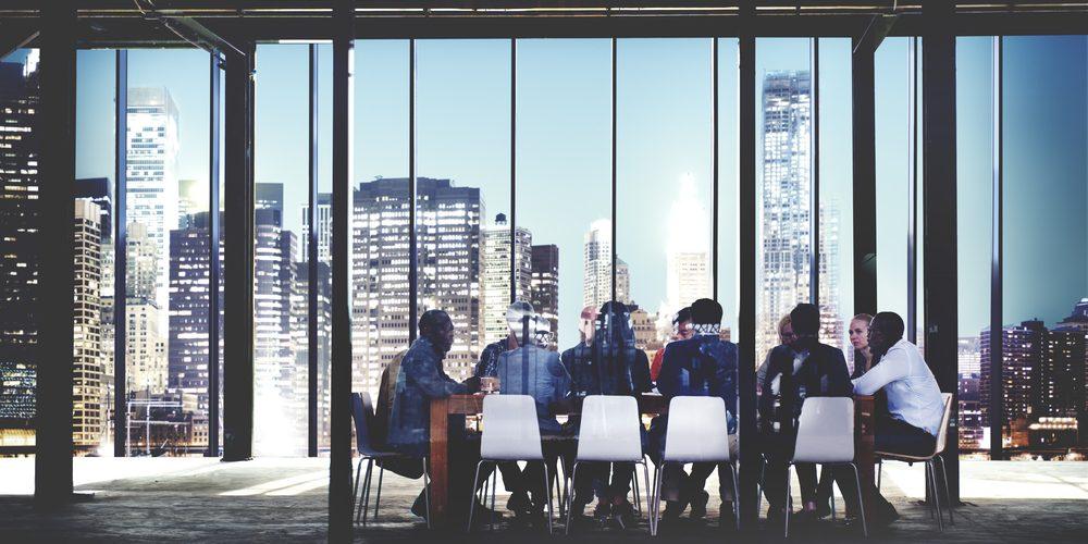 Dyskusja pracowników w biurze. Fot. Shutterstock