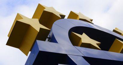 Symbol euro przed budynkiem EBC. Fot. Shutterstock