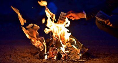 Płonące pieniądze, Fot. Shutterstock.com