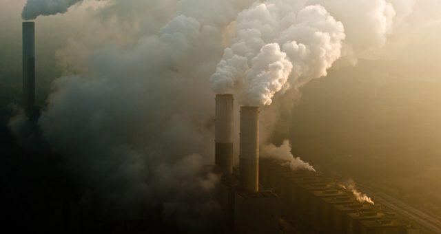 Kominy elektrowni węglowej, Fot. Shutterstock.com