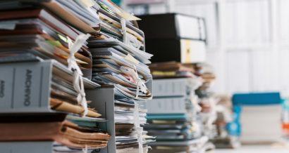 Urząd, biurokracja, dokumenty. Fot. Shutterstock