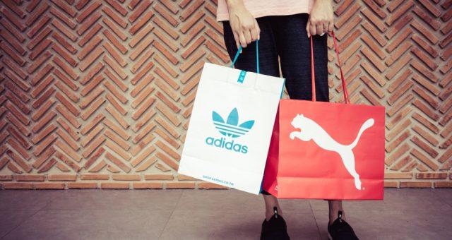 Torby z logiem Adidas i Puma. Fot. 2p2play / Shutterstock.com