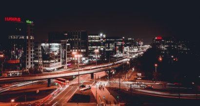 Służewiec nocą, Warszawa. Fot. Warsaw_By_Drone / Shutterstock.com