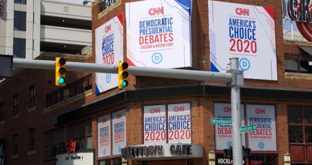 Banery promujące debatę Demokratów, Fot. Linda Parton / Shutterstock.com