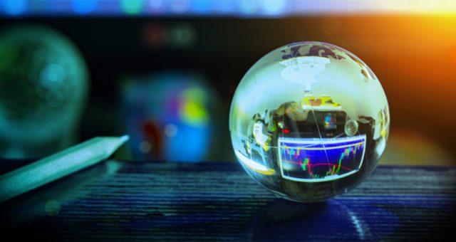 Szklana kula przewidująca gospodarczą przyszłość. Fot. Shutterstock