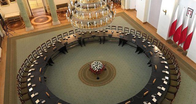 Okrągły Stół w Sali Kolumnowej w Pałacu Prezydenckim w Warszawie. Fot. Dawid Drabik, CC BY-SA 3.0
