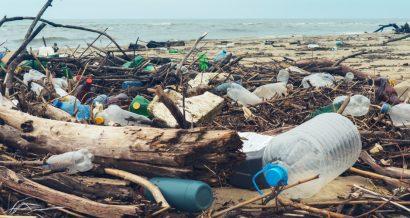 Odpady na plaży, Fot. Shutterstock.com