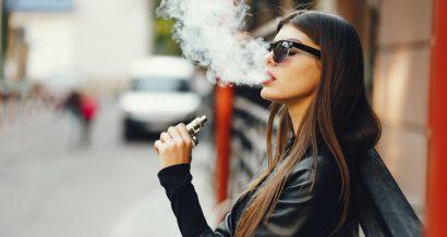 Kobieta paląca e-papierosa. Fot. Shutterstock