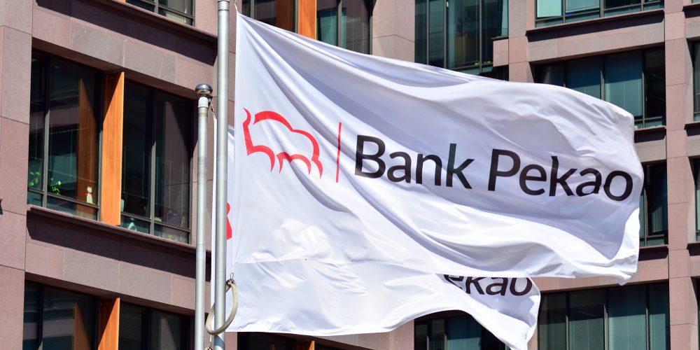 Logo Banku Pekao. Fot. Grand Warszawski / Shutterstock.com