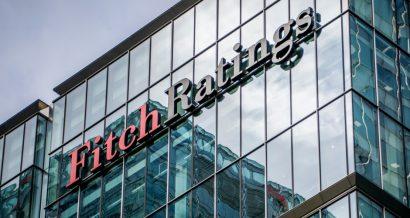 Logo Fitch Ratings na budynku w Londynie. Fot. Willy Barton / Shutterstock.com