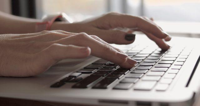 Praca na komputerze, Fot. Shutterstock.com