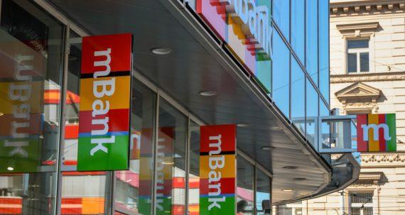 Sprzedaż mBanku. Fot. Ceri Breeze / Shutterstock.com
