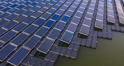 Pływająca elektrownia słoneczna na jeziorze. Fot. Shutterstock