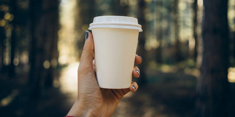Kawa w kubku na wynos. Fot. Shutterstock