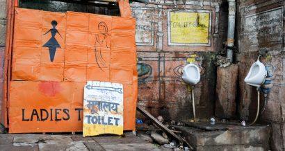 Toaleta w Varanasi w Indiach. Fot. Stefano Ember / Shutterstock.com