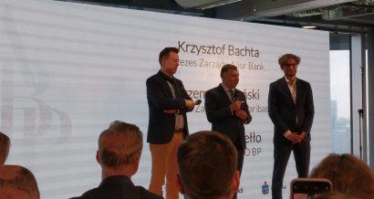 Prezesi Zbigniew Jagiełło, Krzysztof Bachta i Przemysław Gdański na konferencji nt. inwestycji w Autenti.