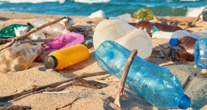 Plastikowe śmieci na plaży, fot. Shutterstock.