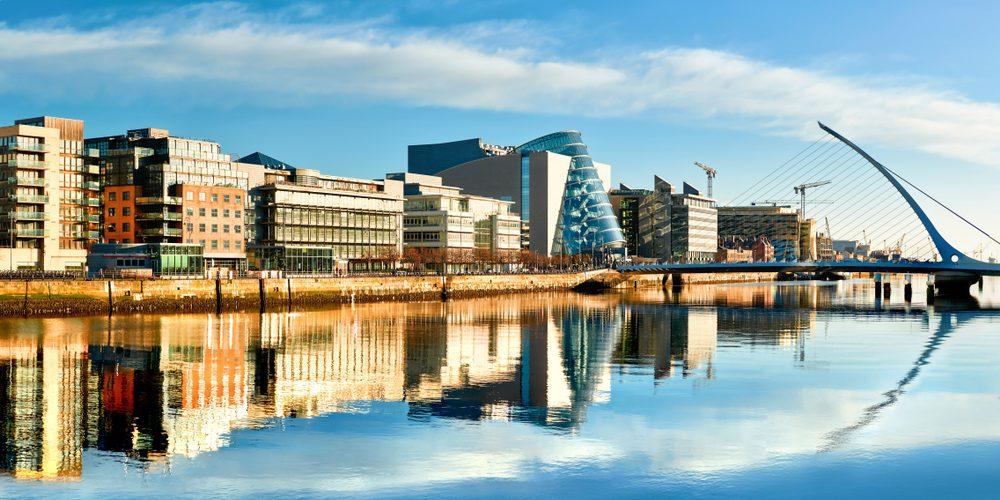 Nowoczesne budynki i biura na rzece Liffey w Dublinie. Fot. Shutterstock