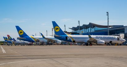 Samoloty Ukraine International Airlines w Kijowie. Fot. Dmitry Birin / Shutterstock.com