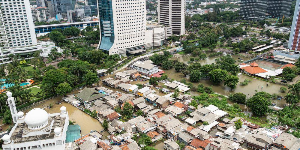 Slums w Dżakarcie (Indonezja) otoczony luksusowymi wieżowcami. Fot. Shutterstock