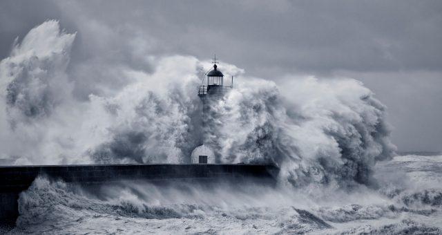 latarnia morska podczas sztormu, fot. Shutterstock.