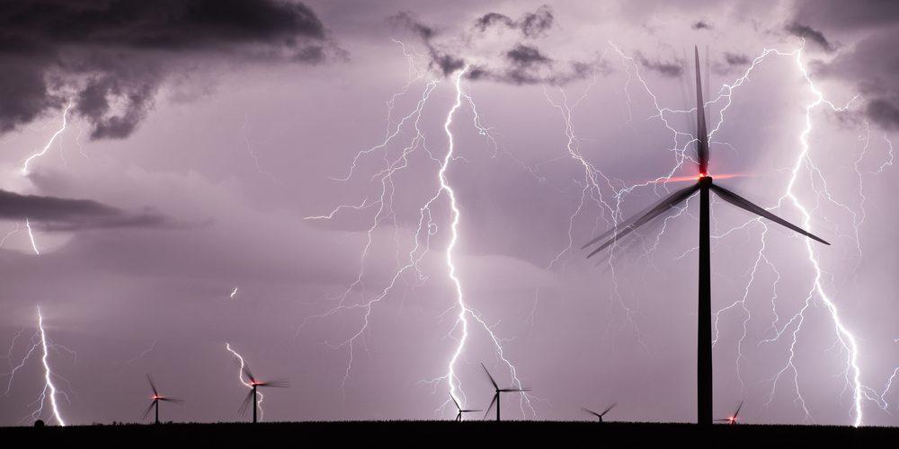 Wiatraki w trakcie burzy, Fot. Shutterstock.com