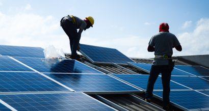 Instalacja ogniwa słonecznego na dachu, fot. Shutterstock.