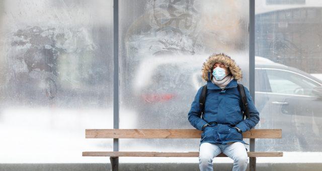 chory na przystanku autobusowym, fot. Shutterstock.