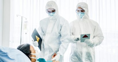 Lekarze w strojach ochronnych, Fot. Shutterstock.com