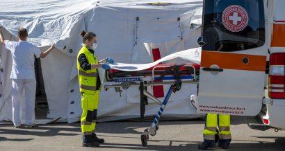 Służby w Bozen Włochy) transportują pacjenta z podejrzeniem koronawirusa. Fot. faboi / Shutterstock.com