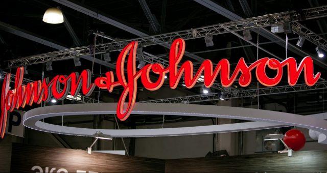 Johnson & Johnson szczepionka na koronawirusa. Fot. Alexander Tolstykh / Shutterstock.com